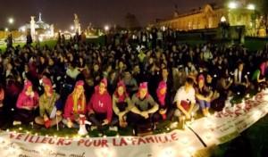 ¿Quién es intolerante? Grupos LGBT interrumpen con violencia, la manifestación de «les Veilleurs»