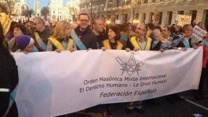 Por primera vez los masones salen a la calle en España con pancartas y ropajes: su causa, el aborto