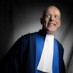 Juez supremo que se autoproclamó homosexual y es asesor de la reina Isabel es fundador de grupo de pederastas
