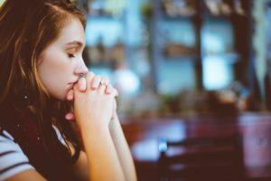 Pedimos oraciones por una mujer que piensa abortar su bebé de 7 meses.